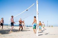 Los hombres del veraneante juegan en el voleibol de playa, Egipto Imagen de archivo