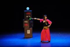 Los hombres disfrazados como bailarín-bosquejo de la mujer saltan a pueblo de la tía- del square dance la etapa grande Imágenes de archivo libres de regalías