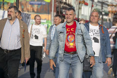 Los hombres en camisetas con los símbolos de la Unión Soviética están en el stre Foto de archivo libre de regalías