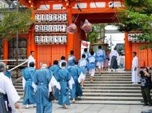 Los hombres en clothihg tradicional se establecieron en el desfile, Yasaka Jinja, Kyo Foto de archivo libre de regalías