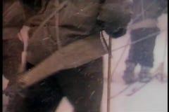 Los hombres en la expedición que camina penosamente a través de nieve asaltan en la Antártida almacen de metraje de vídeo