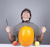 Los hombres enojados jovenes intentan comer manzanas y la calabaza. Fotografía de archivo libre de regalías