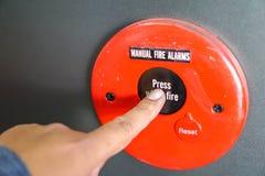 Los hombres están presionando la alarma de incendio, el concepto de seguridad en fotos de archivo libres de regalías