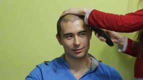 Los hombres felices jovenes afeitan su cabeza metrajes