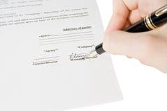 Los hombres firman el contrato Foto de archivo libre de regalías