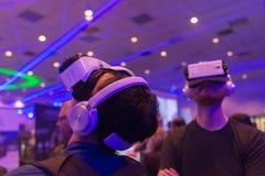 Los hombres intentan las auriculares del engranaje VR de Samsung de la realidad virtual Fotos de archivo libres de regalías