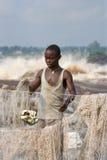 Los hombres jovenes cogen pescados en el banco del río de Congo imagenes de archivo