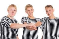 Los hombres jovenes en amistad se unieron a sus manos Imagenes de archivo