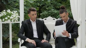 Los hombres jovenes firman un contrato almacen de metraje de vídeo