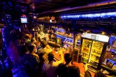 Los hombres jovenes que esperan el alcohol beben en la barra Fotos de archivo