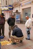 Los hombres juegan a ajedrez en la calle de Arbat en Moscú, Rusia Fotografía de archivo
