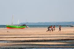 Los hombres juegan a fútbol en la playa en Mozambique Fotografía de archivo