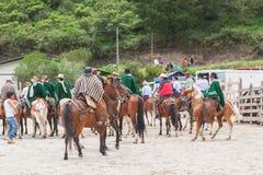 Los hombres latinos jovenes se vistieron en caballos de montar a caballo de los trajes del nacional Fotos de archivo libres de regalías
