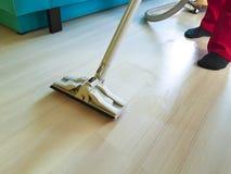 Los hombres limpian el piso con la aspiradora que celebra la acción de la forma de vida con el casero del vapor Fotografía de archivo libre de regalías
