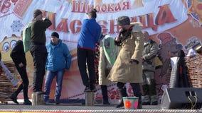 Los hombres luchan en las almohadas durante las festividades populares rusas Maslenitsa