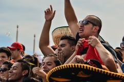 Los hombres mexicanos emocionados con los brazos aumentaron imagenes de archivo