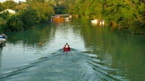 Los hombres montan un hydrocycle en la naturaleza del río del ` s del lago almacen de video