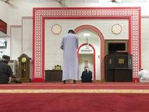 Los hombres musulmanes no identificados en solat colocan Masjid Muhammadiah, Ipoh, Perak foto de archivo libre de regalías