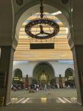 Los hombres musulmanes no identificados ruegan y descansan dentro de la mezquita de Quba Imagen de archivo libre de regalías