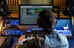 Los hombres producen música electrónica Foto de archivo
