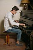 Los hombres que juegan el piano Foto de archivo libre de regalías
