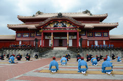 Los hombres que se sientan en una fila en Shuri se escudan, Okinawa. Imagenes de archivo