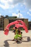Los hombres realizan el baile del dragón para practicar se preparan por Año Nuevo lunar en una pagoda Fotografía de archivo