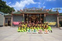 Los hombres realizan el baile del dragón para practicar se preparan por Año Nuevo lunar en una pagoda Foto de archivo libre de regalías