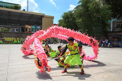 Los hombres realizan el baile del dragón para practicar se preparan por Año Nuevo lunar en una pagoda Imágenes de archivo libres de regalías