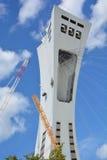 Los hombres reparan la torre de Montreal el estadio Olímpico Imagenes de archivo