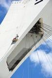 Los hombres reparan la torre de Montreal el estadio Olímpico Foto de archivo libre de regalías