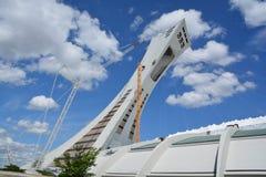 Los hombres reparan la torre de Montreal el estadio Olímpico Fotografía de archivo libre de regalías