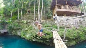 Los hombres saltan en el agua almacen de metraje de vídeo