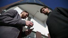 Los hombres se pasan el dinero los billetes de banco euro y sacuden las manos metrajes