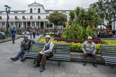 Los hombres se sientan en un banco de parque en cuadrado de la independencia en Quito en Ecuador Fotos de archivo