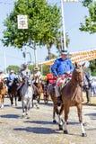 Los hombres se vistieron en caballos de montar a caballo tradicionales de los trajes y la celebración del ` s April Fair de Sevil Fotos de archivo