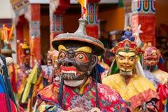 Los hombres tibetanos se vistieron en la máscara que bailaba danza del misterio de Tsam en festival budista en Hemis Gompa Ladakh imágenes de archivo libres de regalías
