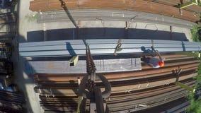 Los hombres trabajan en el almacén del metal Transporte del canal del metal Trabajo en el emplazamiento de la obra, una perspecti almacen de metraje de vídeo