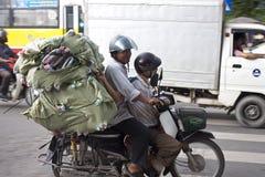 Los hombres transportan la carga enorme Foto de archivo