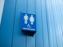 Los hombres y la mujer perjudican la muestra disponible fuera del lavabo imagenes de archivo