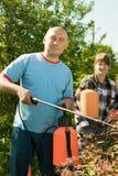 Gente que cuida para los arbustos Fotografía de archivo