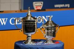 Los hombres y las mujeres del US Open escogen los trofeos presentados en la ceremonia 2014 del drenaje del US Open Imagenes de archivo