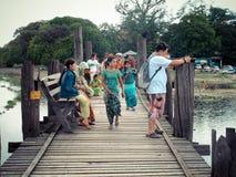 Los hombres y los birmanos tailandeses viajan y caminando en el puente más largo de madera de U Bein Imagen de archivo libre de regalías