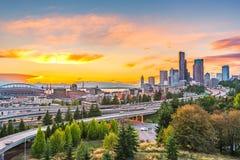 Los horizontes de Seattle y las autopistas sin peaje de un estado a otro convergen con Elliott Bay y el fondo en del tiempo de la Imágenes de archivo libres de regalías