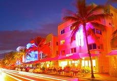 Los hoteles del tráfico rodante de Miami Beach, de la Florida y los restaurantes en la puesta del sol en el océano conducen Imagen de archivo libre de regalías
