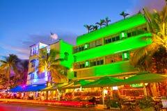 Los hoteles del tráfico rodante de Miami Beach, de la Florida y los restaurantes en la puesta del sol en el océano conducen fotos de archivo libres de regalías
