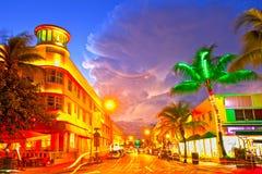 Los hoteles del tráfico rodante de Miami Beach, de la Florida y los restaurantes en la puesta del sol en el océano conducen Fotografía de archivo libre de regalías