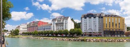 Los hoteles en Lourdes situaron a lo largo del río dieron de Pau Imagen de archivo libre de regalías