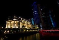 Los hoteles y los edificios altos a lo largo del Singapur rive Imágenes de archivo libres de regalías