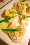 Los huevos Benedicto tostaron los molletes ingleses, jamón, aspara de los huevos escalfados Foto de archivo libre de regalías